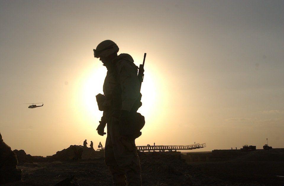 ミリタリー夕日背景の兵士