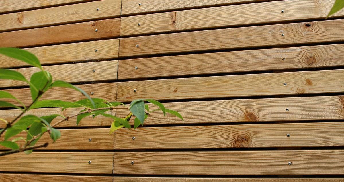 Holzverkleidung Aus Larche Fur Gartenmauer Gartenmauer Mauerverkleidung Wandgestaltung Gartenmauer