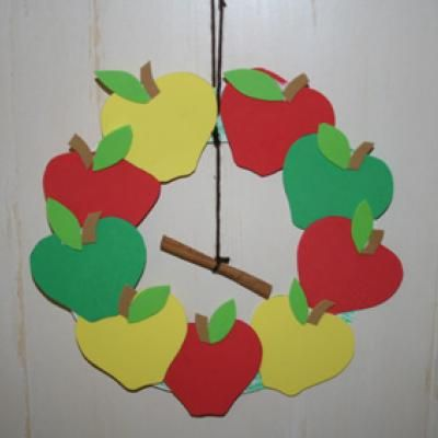 Cinnamon Apple Wreath Craft {Kids Paper Crafts}