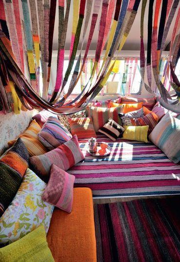 Un salon 100 % couleur pour un esprit caravane - 52 photos pour trouver l'ambiance de son salon - CôtéMaison.fr