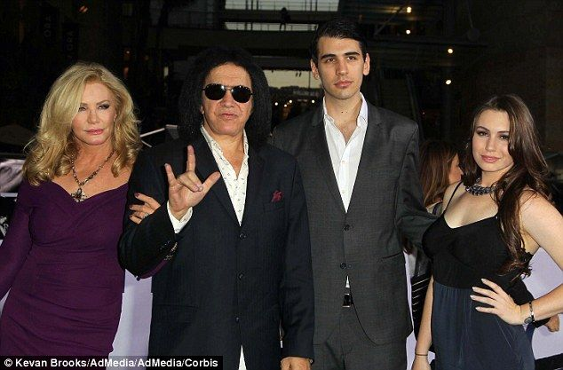 Wie is dating Nick Simmons