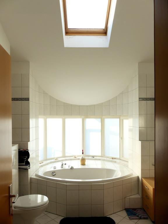 Badewanne Mit Schonem Ausblick Im Hellen Badezimmer Im Dachgeschoss