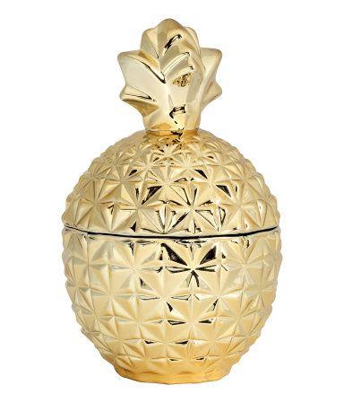 Kulta. Ananaksen muotoinen, kannellinen lasipurkki, jossa on hopeanvärinen pinta. Halkaisija noin 10 cm, korkeus 17 cm.