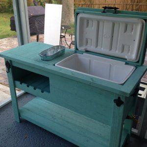 Photo of Utendørs rustikk trekjølerbar, serverings- eller konsollbord, barvogn eller minikjøleskap og utemøbler
