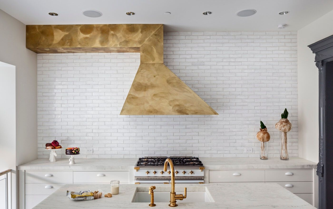 The Insider Designer Evokes Both Dusky Glamour And Bright Modernity In Park Slope Townhouse Remodeling Inspiration Interior Design Inspiration Kitchen Range Hood