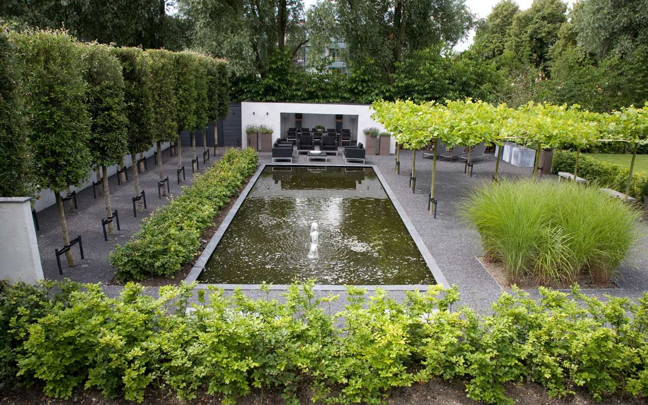 Achtertuin met groen geraamte vari rend van groenblijvende steeneiken en bladverliezende hagen for Design tuinen