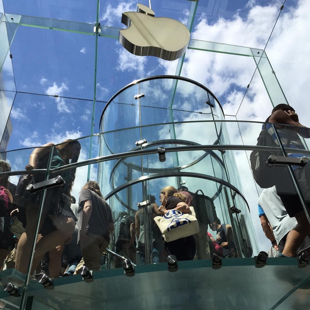 """""""Atrapados por la manzana"""" interior de la Apple Store de la Quinta Avenida - #apple #applestore #glass #cube #igers #igersnyc #picoftheday #nofilter #sinfiltro #5thavenue #clouds #nyc #newyork"""
