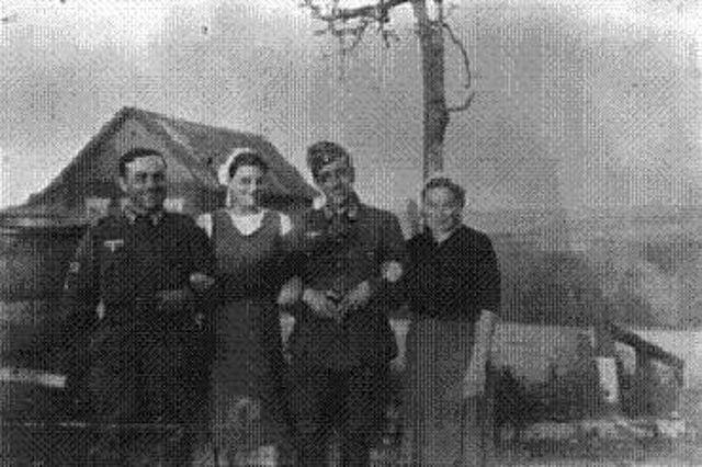 se hicieron amigos de los campesinos rusos que a cambio a menudo les advertían de los movimientos del Ejercito Rojo y muchos soldados españoles encontraron amigas rusas, a algunas de los cuales con el tiempo se llevaron a escondidas de vuelta a España.La Division Azul Española | Mundo Historia