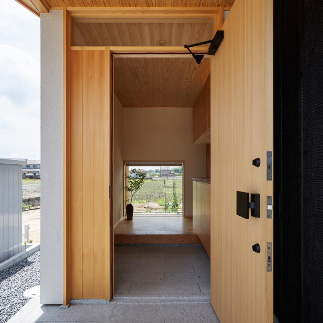 株式会社 なんば建築工房 On Instagram 玄関ドアの内外で天井が連続して見えるようにしています 正面には田 畑が見える