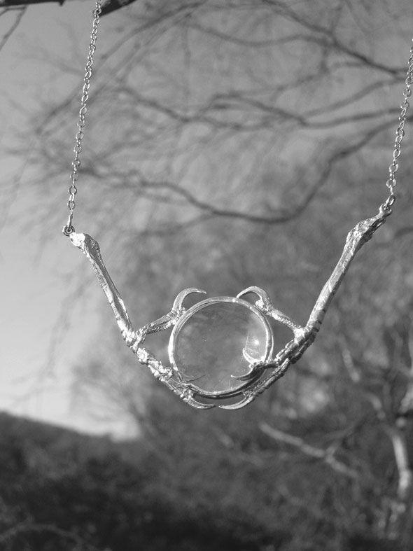 Coup de coeur pour cette créatrice de bijoux, Kate Gilliland et sa série « The Weird and The Wonderful ». Elle joue avec l'image de mort et de beauté, transformant des moments tragiques en objets d'art. En célébrant la beauté de l'histoire naturelle, elle trouve son inspiration dans l'étude de l'anatomie des animaux et crée de charmants boutons de manchette, colliers et autres…