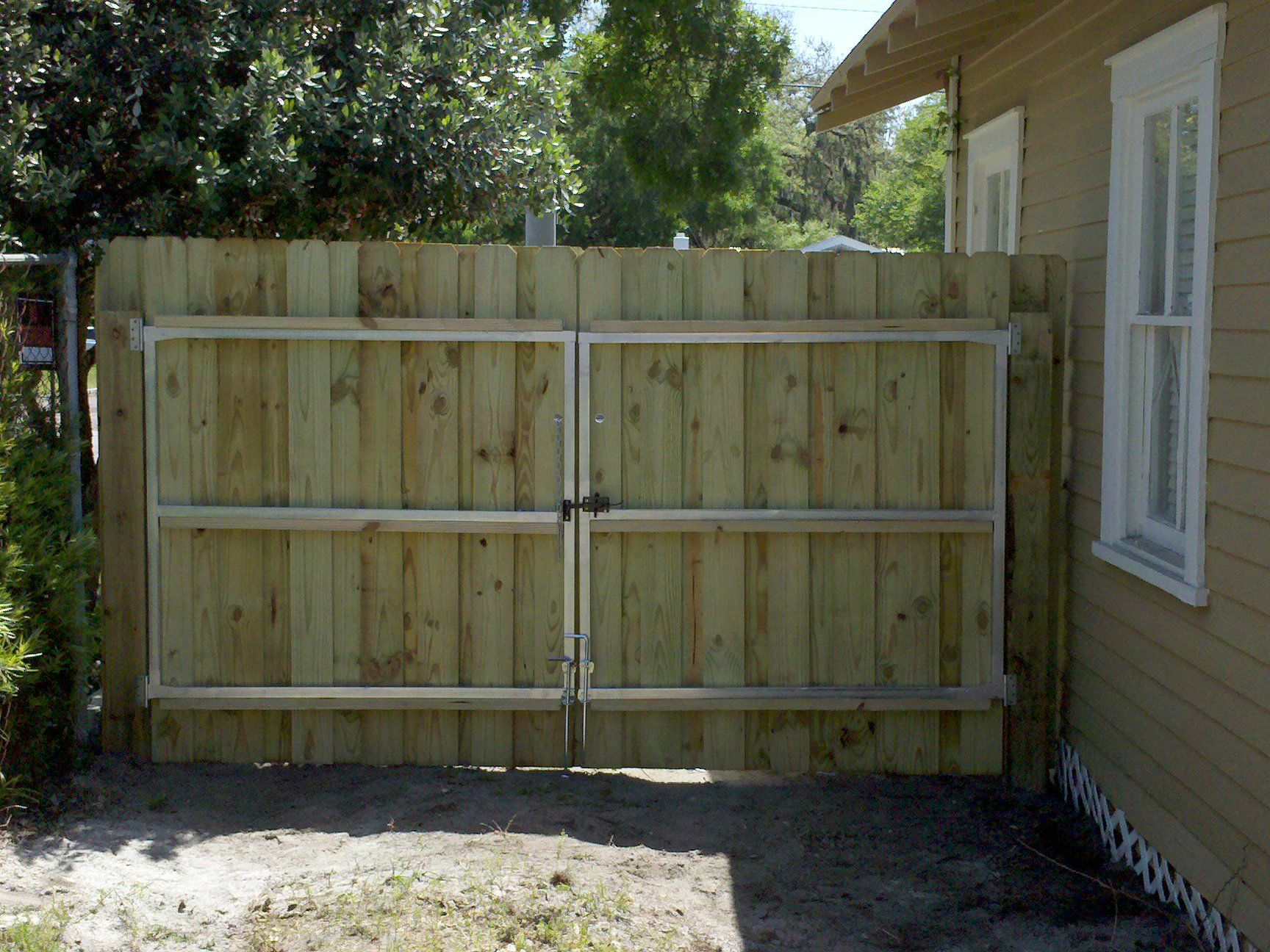 Wooden fence gates designs fence gate varian fence for Wood privacy fence ideas
