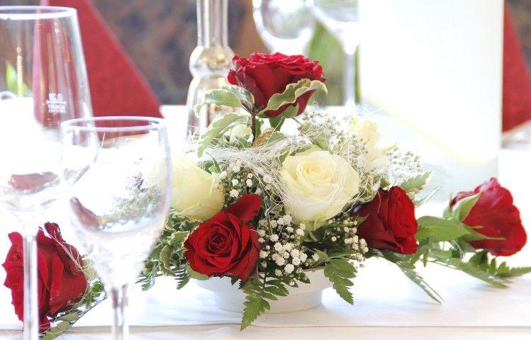 tischgesteck f r hochzeit rote und wei e rosen hochzeit patrizia und philipp pinterest. Black Bedroom Furniture Sets. Home Design Ideas