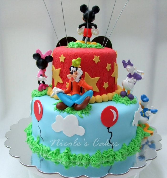 gâteaux d'anniversaire mickey mouse avec un décors d'étoiles jaune