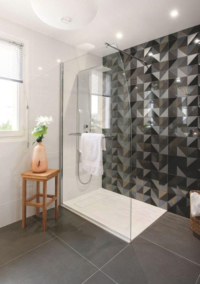 Petite salle de bains de 6 m2 à la déco graphique et moderne - image carrelage salle de bain