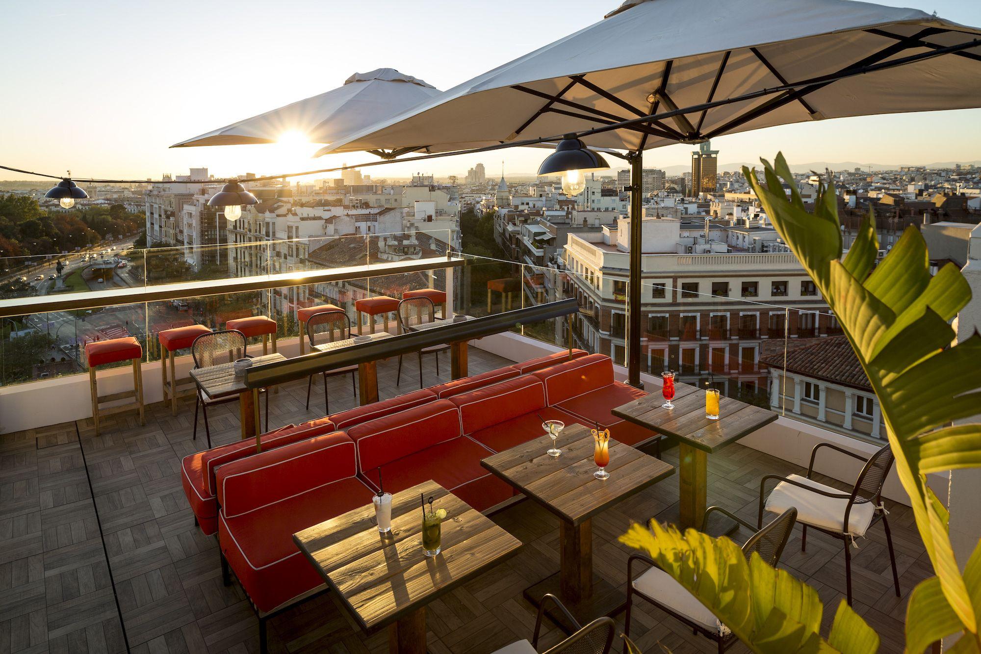 Los Bares Y Restaurantes Que Ofrecen Las Mesas Con Mas Encanto De La Ciudad Patios Azoteas Y Jardines Para Tomar Alg Bar Terraza Bares Y Pubs Terrazas Madrid