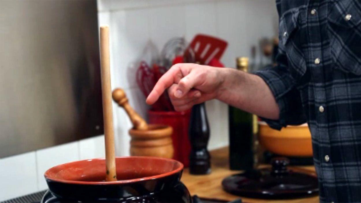 La soupe minestrone d 39 elena faita est pr te quand la cuill re en bois dans le milieu de la soupe - Le coup de la cuillere en bois ...