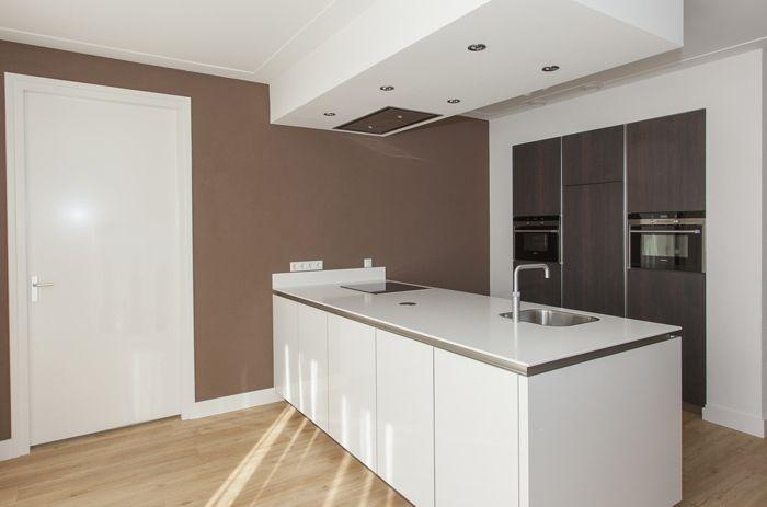 Moderne Hoogglans Keuken : Moderne hoogglans keuken gecombineerd met warm notenhout keuken