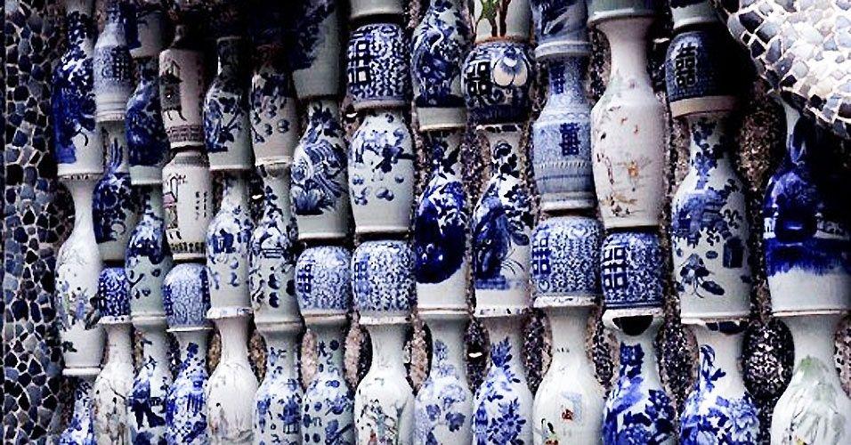 O chinês Zhang Lianzhi, 50, que mora em Tianjin, decorou uma velha casa com centenas de milhares de pedaços de porcelanas antigas e tornou o edifício a principal atração turística da cidade.