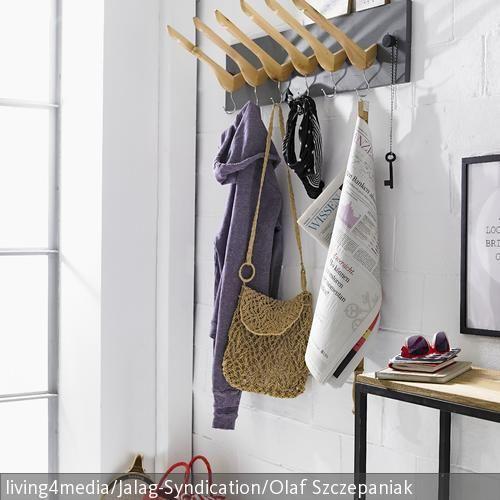 diy garderobe originelle idee fa 1 4 r den flur eine selbstgebaute aus kleiderba geln gel garderobenstange