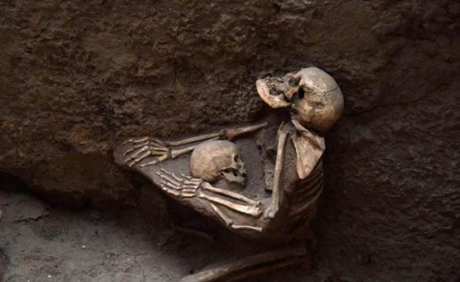 Madre e hijo murieron abrazados hace 4 mil años | El Universal