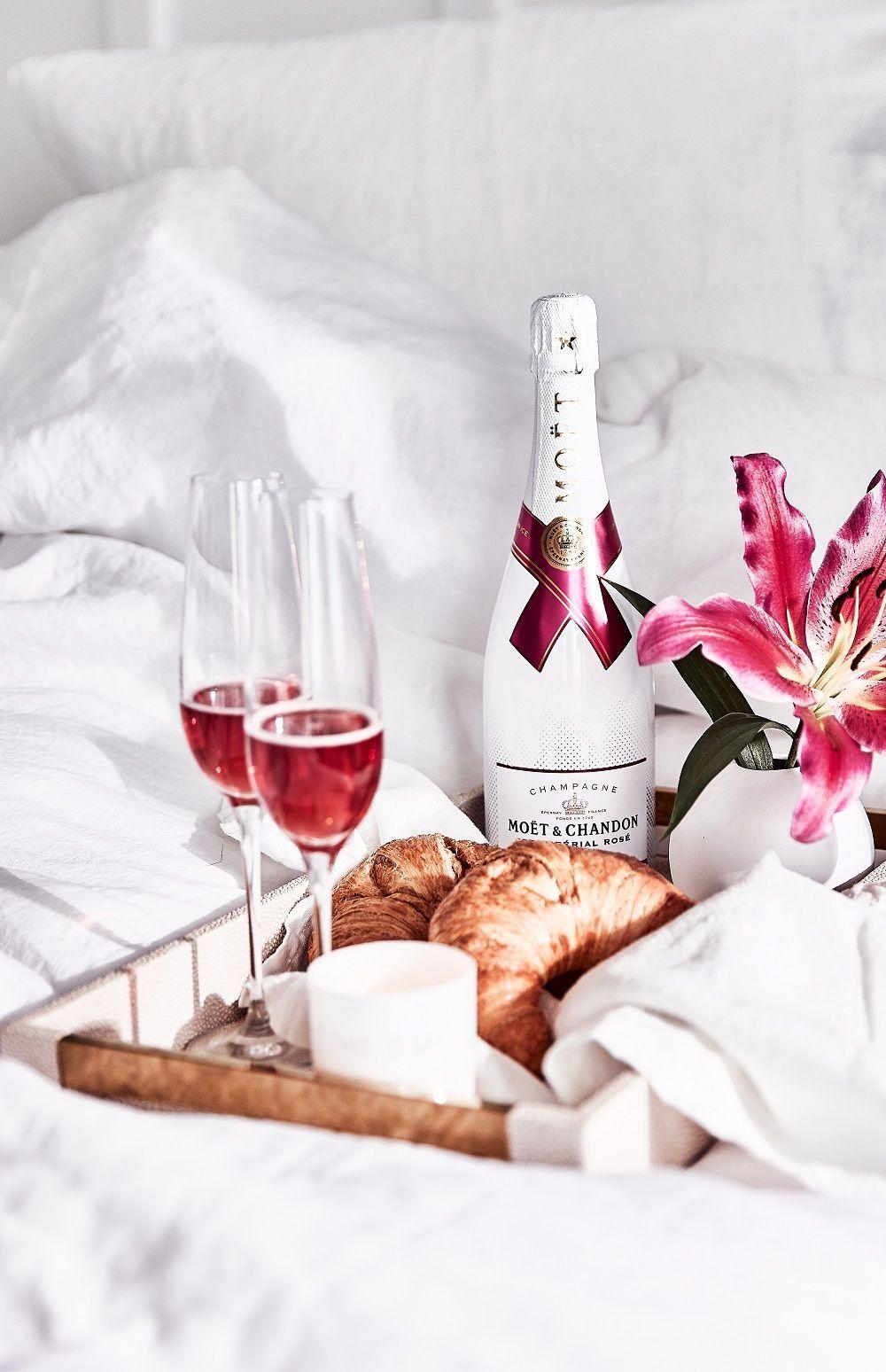 Zeit Zum Anstossen Ob Mit Prickelndem Champagner Samtigen Wein
