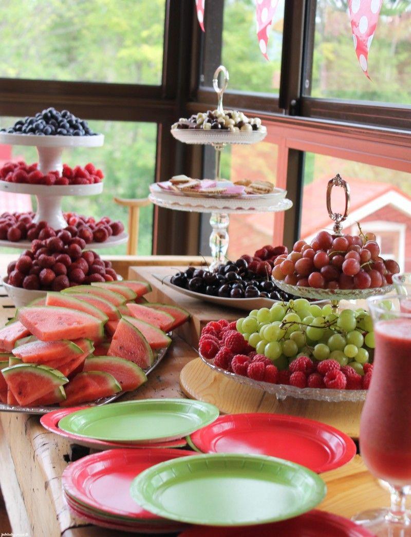 Raikkaita juhlaherkkuja. #marjabuffet #marjabaari #berries #sweettable