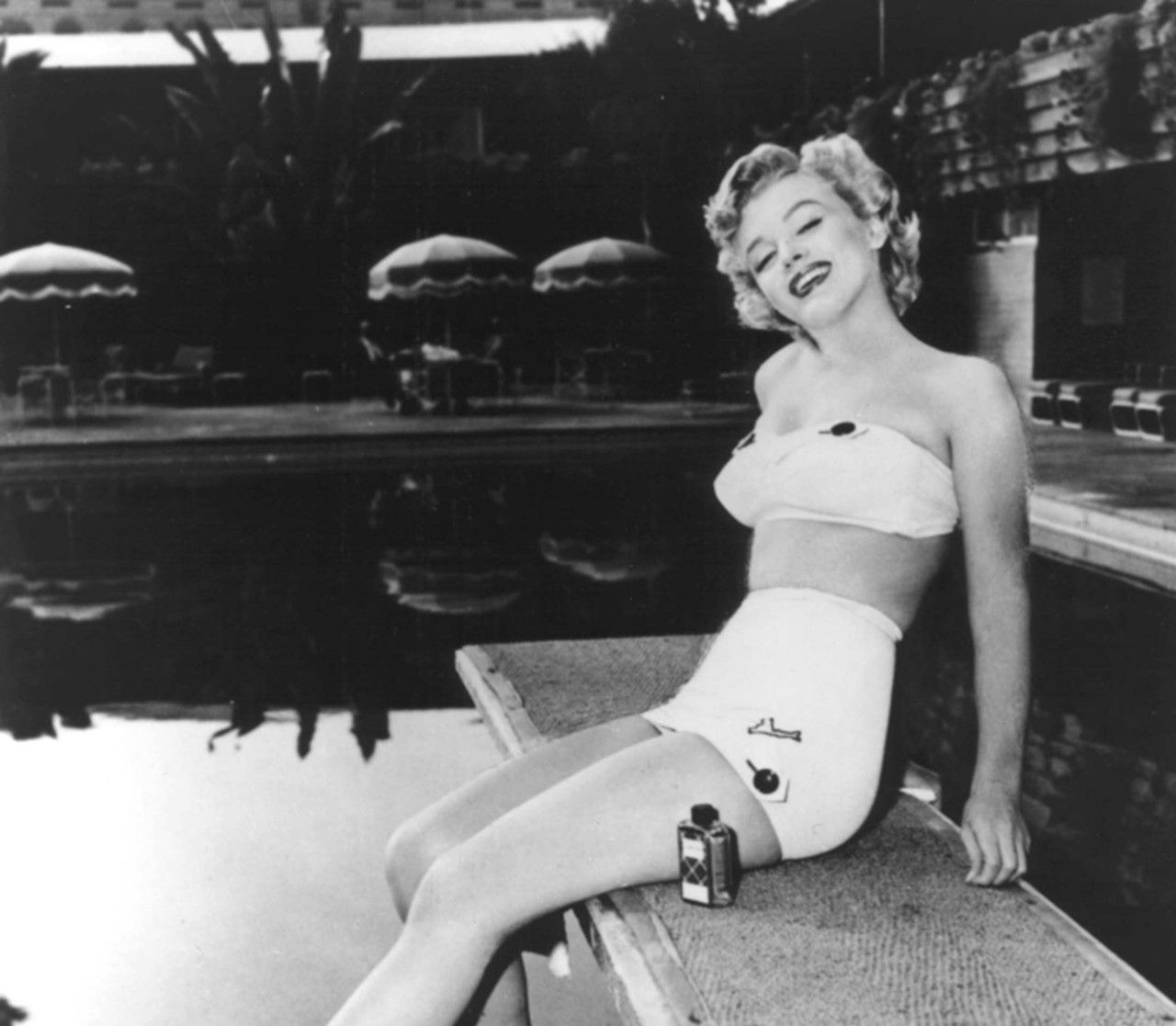 Marilyn Monroe Lounging Pool Of Hotel