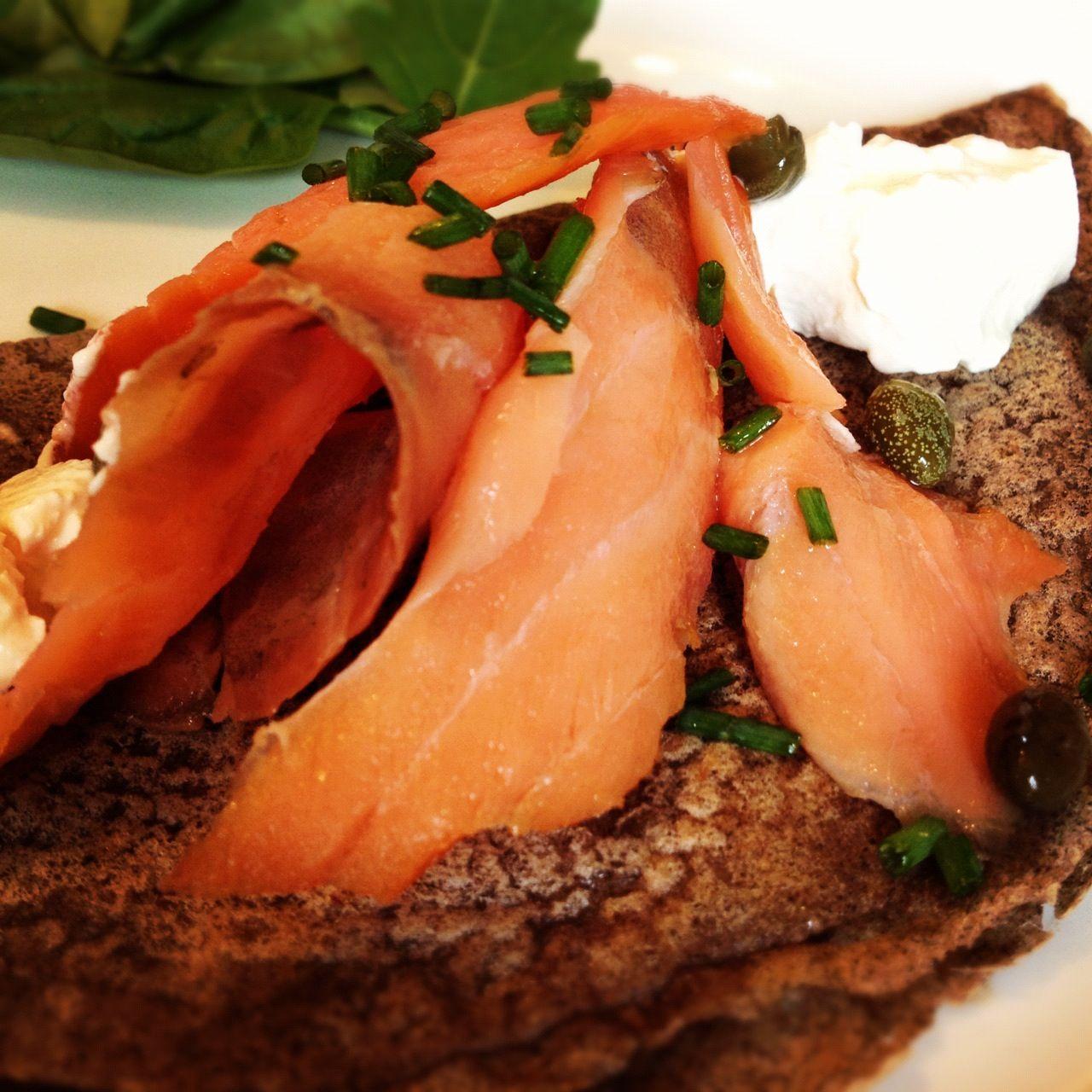 Saumon fumé sur crêpe au sarrasin | Smoked salmon on buckwheat pancake