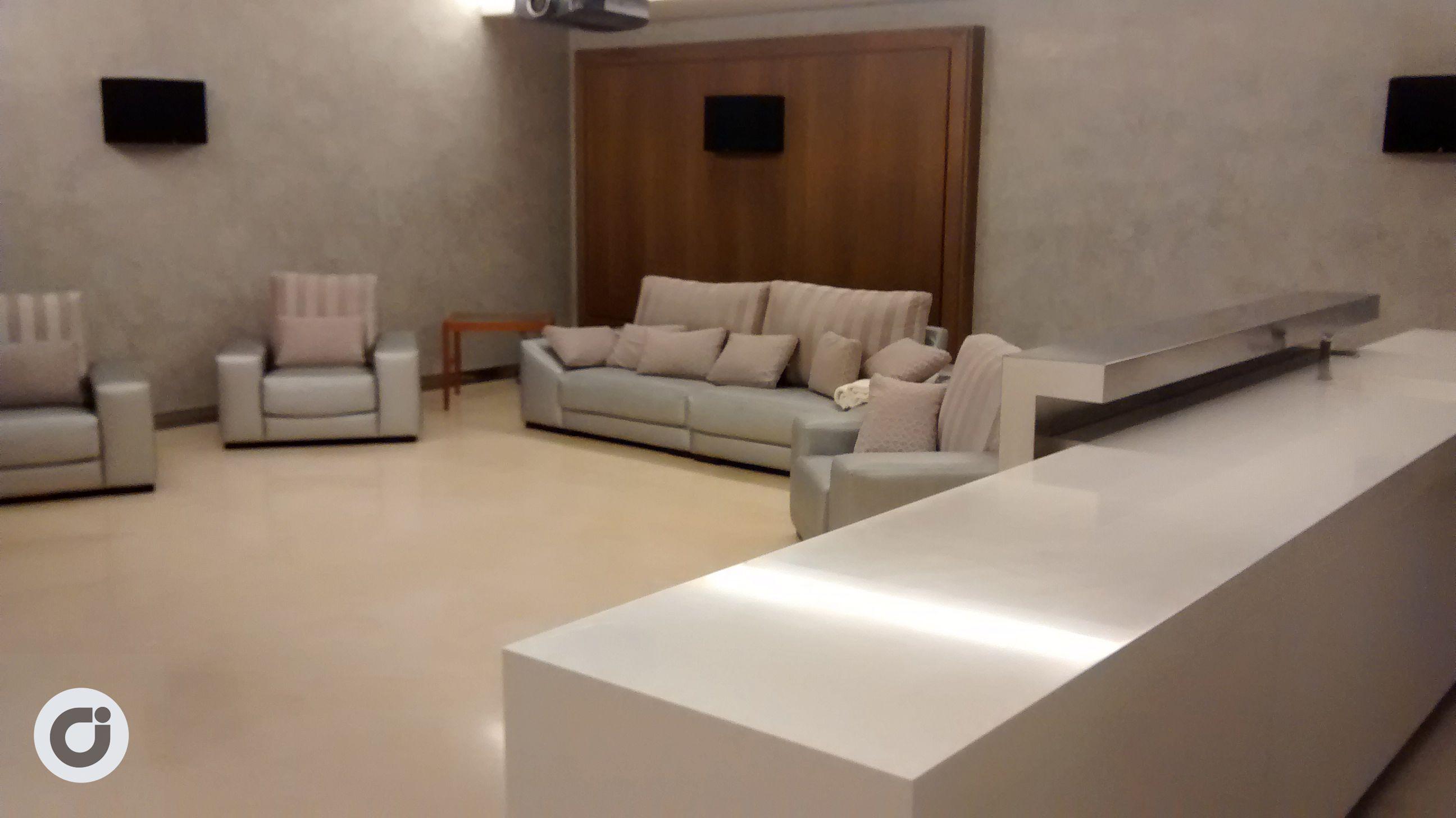 En tonos ocres y espaciosa, el mobiliario da juego a la estancia.