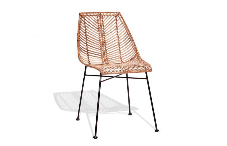 Chaise en rotin naturel Hübsch entièrement tressé, surmontée d'un piètement filaire en métal noir idéal pour votre salle à manger.