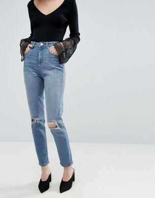 a27c625e07f29e ASOS – Farleigh – Schmal geschnittene Mom-Jeans in heller Prince-Waschung  mit zerrissenen Knien