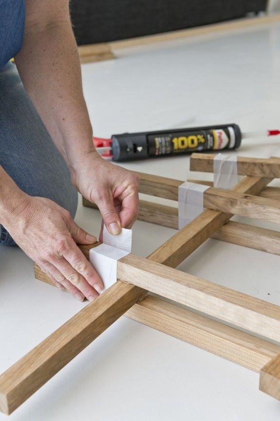 Die Holzlatten zusammendrücken. Damit sie fest zusammenbleiben, die Eckpunkte mit starkem Klebeband fixieren und 24 Stunden trocknen lassen. #diy #shelf #easy #wood #glue