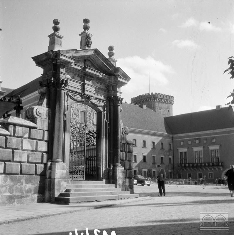 Katedra Na Wawelu Ogrodzenie Z Portalem Tzw Kuchnie Krolewskie Krakow Big Ben Landmarks