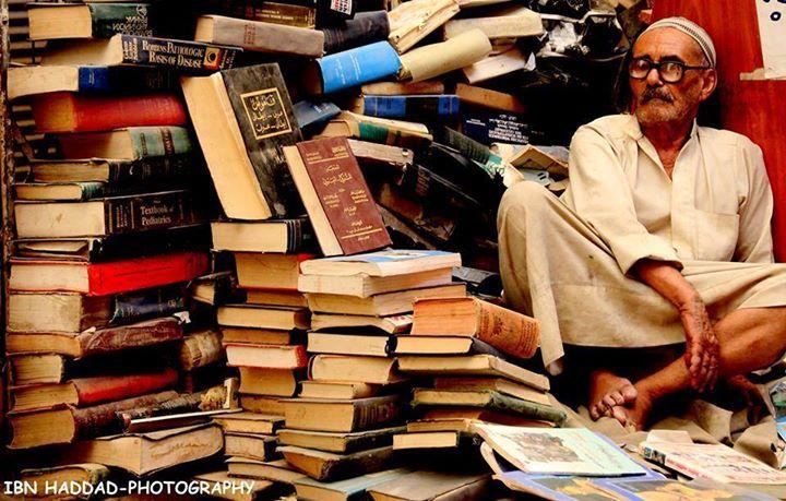 الصورة للحاج أحمد حسين أبو علي بائع كتب قديمة في بغداد توفي العام الماضي Arabic Calligraphy Art Library Design Calligraphy Art