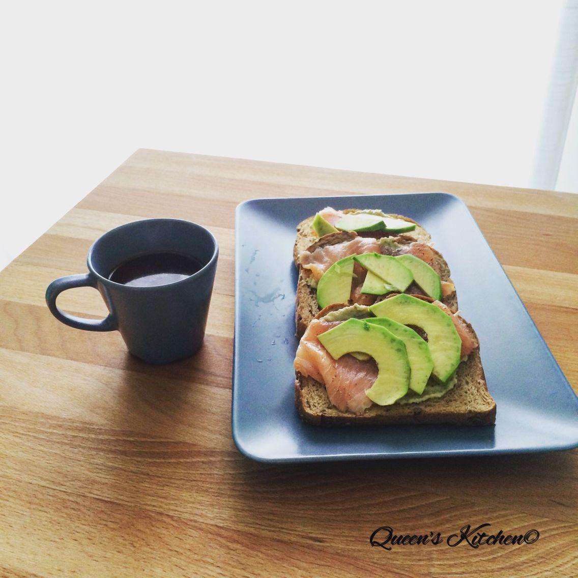 """""""Il tempo fa come le nuvole e i fondi del caffè: cambia le pose, mescola le forme."""" Erri De Luca #buongiorno con #caffè e toast con salmone e #avocado!☕️ [blog! http://bit.ly/1Ifuzcv ] follow Queen's Kitchen on Facebook  http://on.fb.me/1gq3DMB  #queensbreakfast  #foodtubeloves"""
