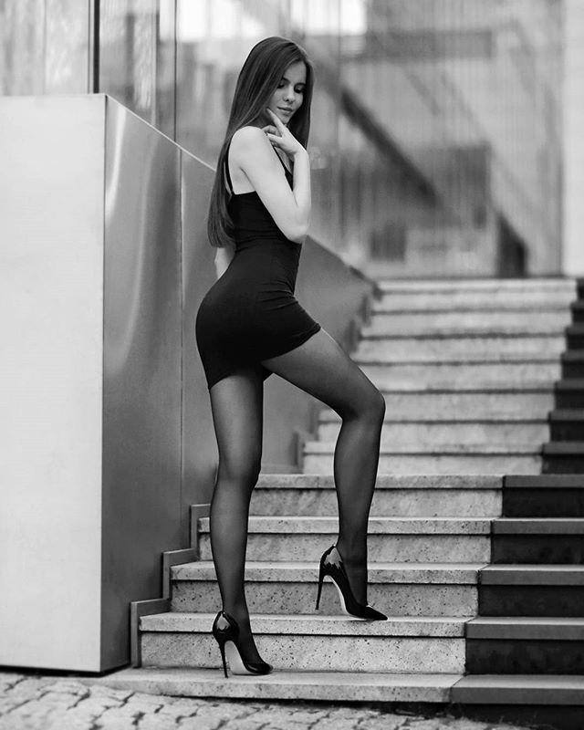 девушка в коротком платье и черных колготках - 4