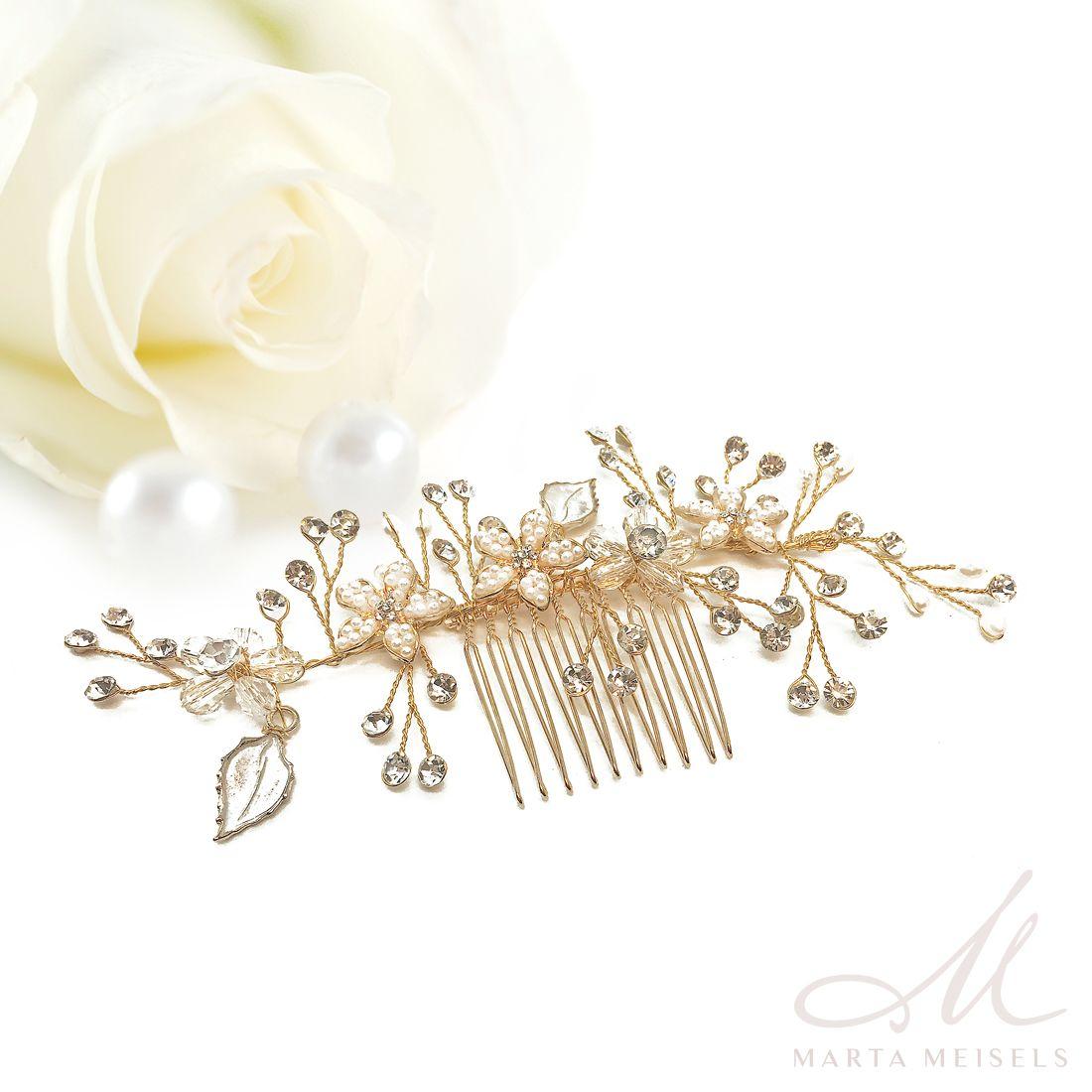 3d2b442a54 Romantikus stílusú, nagyon szép menyasszonyi hajfésű gyöngyökkel és  kristályokkal díszítve. Könnyen esküvői frizurádhoz igazíthatod