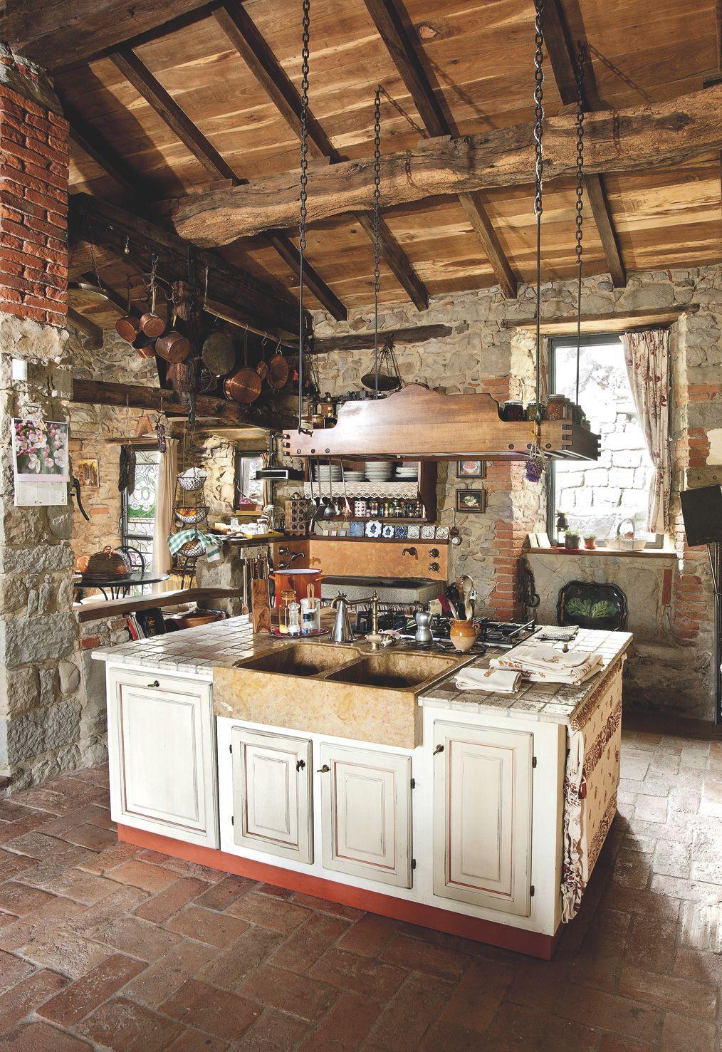 Particolare di questa cucina è l\'isola con i lavelli in ...