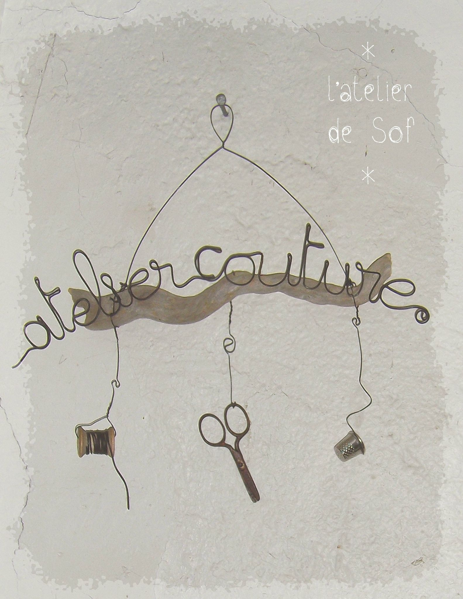 Atelier couture fil de fer sur bois flott fil de fer for Fil de couture