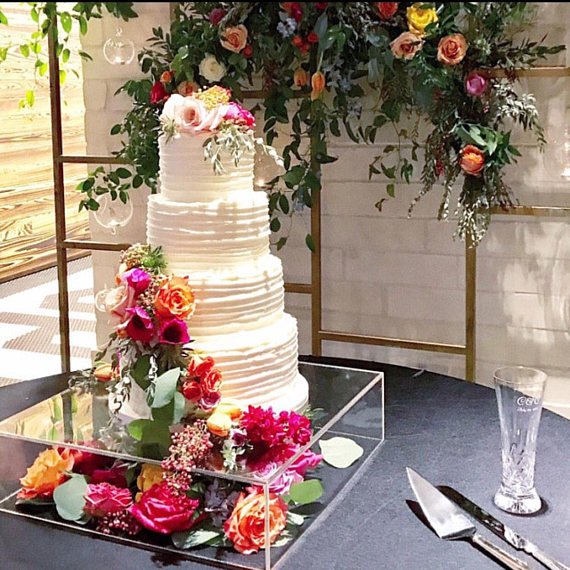 This Cake Stand Is Sturdy And Stylish In Clear Plexiglass An Excellent Contemporary Modern Alte Acrylic Cake Stands Wedding Cake Stands Acrylic Cupcake Stand
