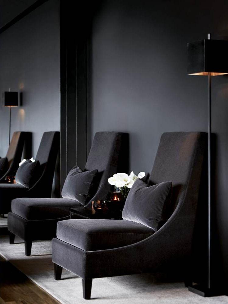 salon noir sur noir peinture murale et fauteuil en velours noir d co noir blanc sans. Black Bedroom Furniture Sets. Home Design Ideas