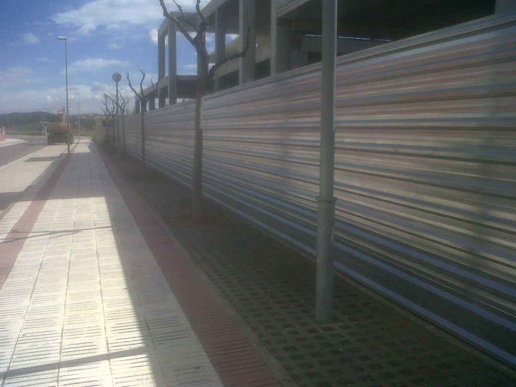Valla de ocultación con chapa metálica. www.vinuesavallasycercados.com