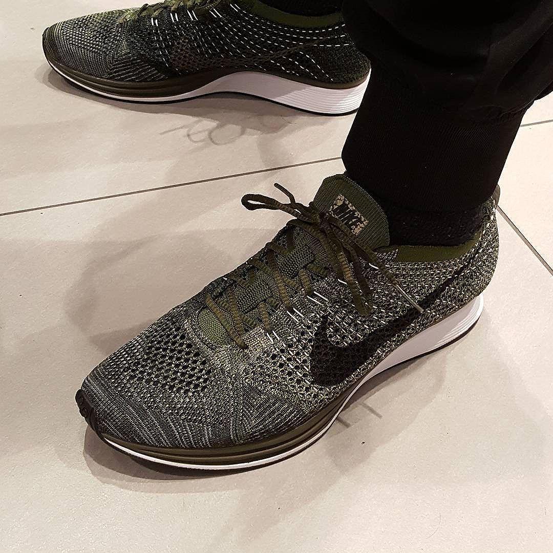 official photos e5915 df7a9 Découvrez la Nike Flyknit Racer Earth Tones Rough Green, une running à  lempeigne tissée vert olive pour homme et femme (décembre 2016).