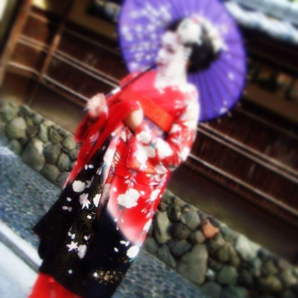 Está en Japón? Entonces no se pierda el show musical de las maikos MIYAKO ODORI  Es algo asi como  Está en Japón? Entonces no se pierda el show musical de las maikos MIYAKO ODORI  Es algo asi como estar en Nueva York y no ver Lion King en Broadway. Solo se lleva a cabo en el mes de abril en Kyoto. Y este año se realizará en en el teatro de Kabuki MINAMIZA considerado el teatro más antiguo de Japón que abre sus puertas despues de tres años ya que se encontraba en implementación de refuerzo antisí
