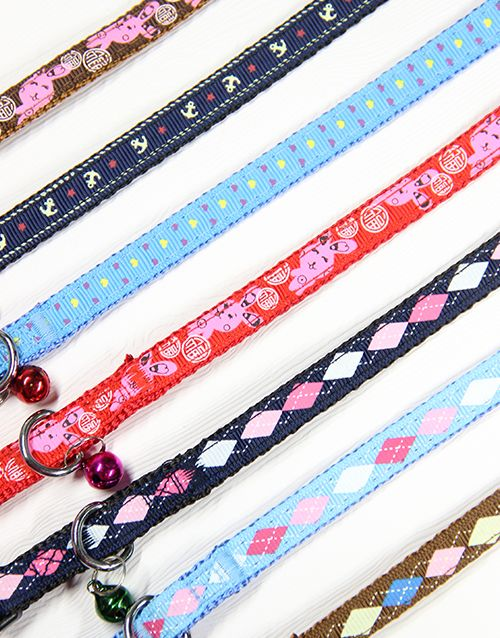 These quality woven patterned cat collars comes with a multitude of colours and designs! Each comes with a bell and quick release clasp for easy wearing on a ninja cat! Bell colours may vary. Circumference: 21 - 29cm Width: 1.0cm