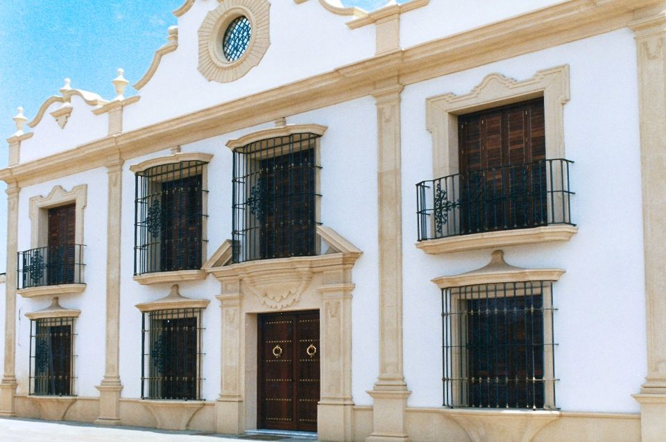 fachada de piedra artificial con molduras para puertas y