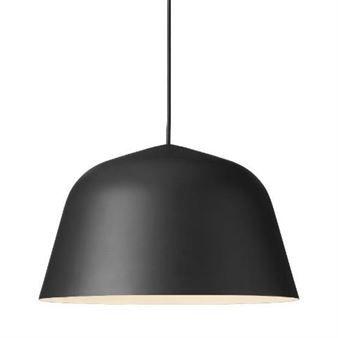 Taklampen Ambit fra danske Muuto er designet av det svenske design- og arkitektstudioet TAF Architects. Ambit har en klassisk og minimalistisk form og fåes i flere forskjellige farger som passer i alla typer hjem. Skjermen er laget i aluminium og har en blek innside som danner et dust og koselig lys. Hvor vil du henge din Ambit-taklampe