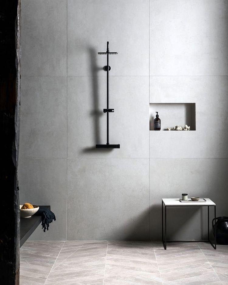 Minimalistische Fliesen in begebarer Dusche mit