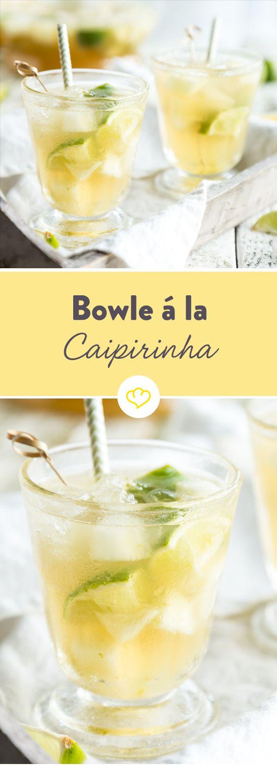 Große Bowle, statt kleinem Cocktail: Mit vielen Limetten, Zucker, Cachaca und etwas extra Melone schmeckt diese Bowle fast wie der original Caipirinha. #bestgincocktails