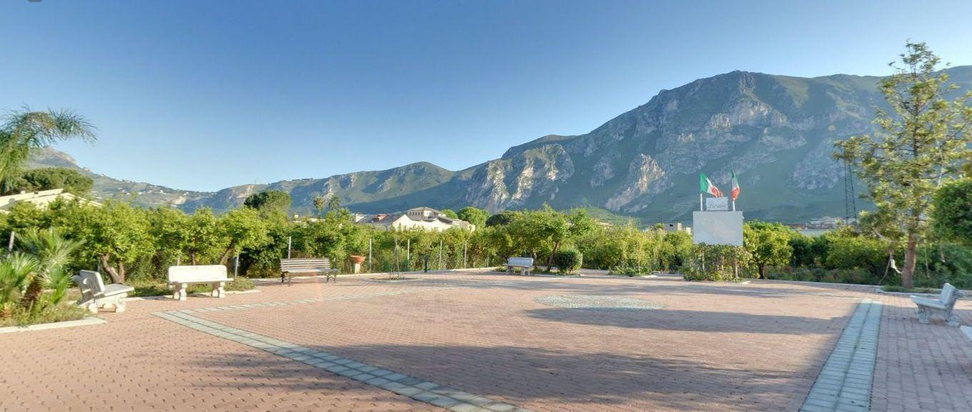 Pqarco di Ciaculli visto dal Vivaio Castellana. Vedi tour virtuale: https://maps.google.it/maps?q=castellana+salvatore&hl=it&ll=38.086046,13.403846&spn=0.008934,0.021136&sll=38.086301,13.403619&layer=c&cid=17945280518632730816&panoid=U62CyyKXUHIAAAQIt06lEw&cbp=13,175.89,,0,-7.66&gl=it&t=h&cbll=38.086046,13.403846&z=16